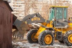 Tracteur sur la démolition de bâtiment Photographie stock libre de droits