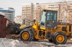 Tracteur sur la démolition du quart en bois de maisons Photo libre de droits
