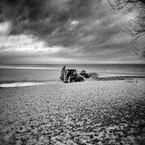 Tracteur sur la plage Regard artistique en noir et blanc Image stock