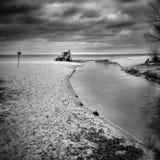 Tracteur sur la plage Regard artistique en noir et blanc Images libres de droits