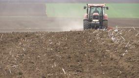 Tracteur sur le champ - préparation de ressort du sol banque de vidéos