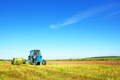 Tracteur sur un champ d'agriculteur Photo stock