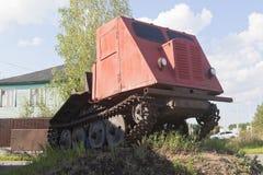 Tracteur TDT-40 de treuil installé comme monument dans Veliky Ustyug, région de Vologda, Russie photographie stock libre de droits