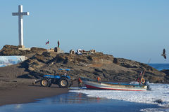 Tracteur tirant le bateau de pêche Photo stock