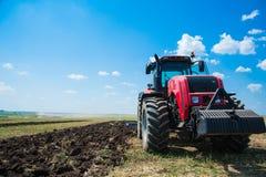 Tracteur tout en labourant Photos libres de droits