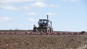 Tracteur tout neuf sur le travail de champ Entra?neur labourant le cordon Tracteur cultivant le champ banque de vidéos