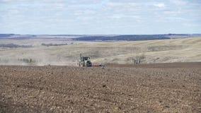 Tracteur tout neuf sur le travail de champ Entra?neur labourant le cordon Tracteur cultivant le champ clips vidéos