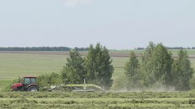 Tracteur tout neuf sur le travail de champ Tracteur moissonnant le champ Tracteur cultivant le champ banque de vidéos