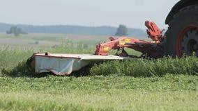 Tracteur tout neuf sur le travail de champ Tracteur moissonnant le champ Tracteur cultivant le champ clips vidéos