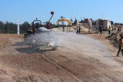 Tracteur weting une voie de motocross photos stock