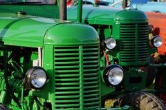 Tracteurs diesel agricoles historiques tchèques verts à partir de 1950 s montrés sur l'expo Images libres de droits