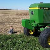 Tracteurs et saleté d'amour de petits garçons Images stock