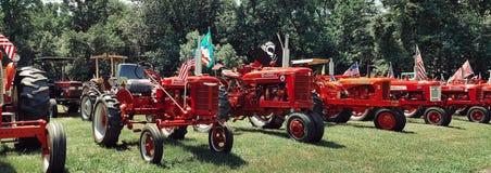 Tracteurs habillés en rouge photographie stock libre de droits