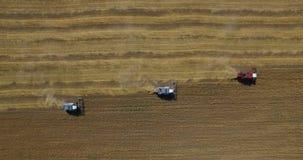 Tracteurs sur le champ de récolte clips vidéos