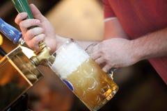Traction d'une prise de bière image libre de droits
