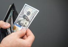 Traction de l'argent hors d'un portefeuille Images stock
