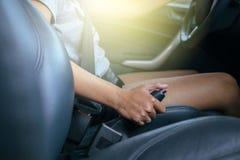 Traction du frein de main dans la voiture Photographie stock libre de droits