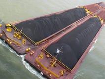 Traction subite de fleuve avec du charbon Images stock
