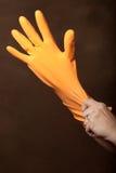 Traction sur un gant en caoutchouc Images libres de droits