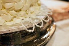 Tractions de gâteau de mariage de demoiselles d'honneur photographie stock libre de droits