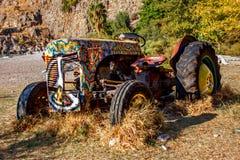 tractor abandonado viejo en la playa en el valle de mariposas en Turquía Imágenes de archivo libres de regalías