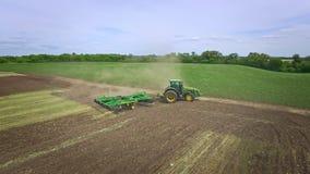 Tractor agrícola con el remolque que ara el campo agrícola Cultivo rural almacen de video