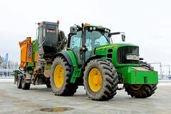 Tractor agrícola de John Deere 6930 con la máquina que salta de madera Fotos de archivo