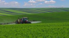 Tractor agrícola en los campos extensos de Moravia del sur almacen de metraje de vídeo