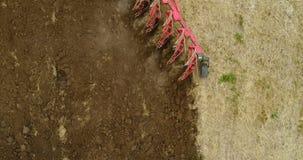 Tractor agrícola que ara el campo almacen de video