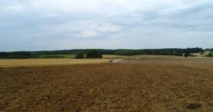 Tractor agrícola que ara el campo metrajes