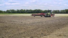 Tractor agrícola que ara el campo Campo arable de arado de proceso Pista arada metrajes
