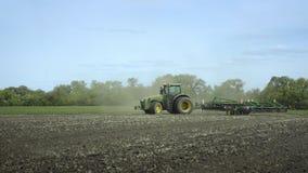 Tractor agrícola que ara el campo de cultivo Agroindustria Tierra de labrantío metrajes