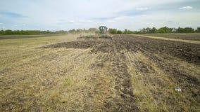 Tractor agrícola que ara el campo Equipo agrícola Campo arado almacen de video
