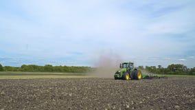 Tractor agrícola que trabaja en tierra de labrantío Agroindustria almacen de video