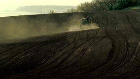 Tractor agrícola que trabaja en el campo almacen de metraje de vídeo