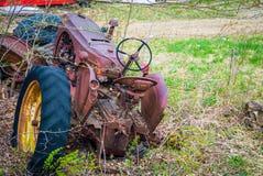 Tractor aherrumbrado del abandono Fotografía de archivo libre de regalías