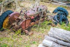 Tractor aherrumbrado del abandono Imagenes de archivo
