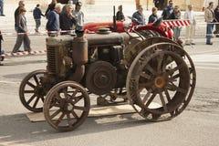 Tractor anticuado para el uso y el transporte del granjero foto de archivo libre de regalías