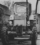 Tractor antiguo blanco y negro Fotografía de archivo libre de regalías