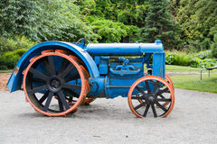 Tractor azul en arena Imagenes de archivo