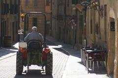 Tractor in Baskisch land in het seizoen van de wijnstokoogst stock afbeeldingen