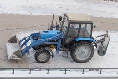 Tractor Belarus-82 1 para la retirada de la nieve Fotos de archivo