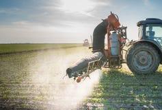 Tractor bespuitende pesticiden Royalty-vrije Stock Afbeeldingen