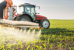 Tractor bespuitende pesticiden Stock Fotografie