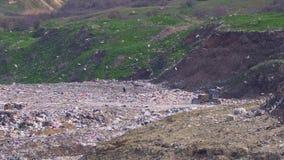 Tractor bij een grote giftige stortplaats stock videobeelden