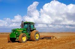 Tractor bij gebied Stock Foto's