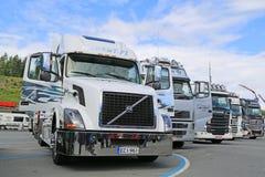 Tractor blanco del camión de Volvo VNL en una demostración Foto de archivo libre de regalías