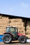 Tractor in Boerenerf stock afbeelding