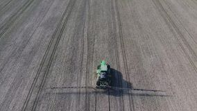 Tractor con el sistema con bisagras de pesticidas de rociadura Fertilización con un tractor almacen de video