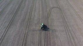 Tractor con el sistema con bisagras de pesticidas de rociadura Fertilización con un tractor metrajes